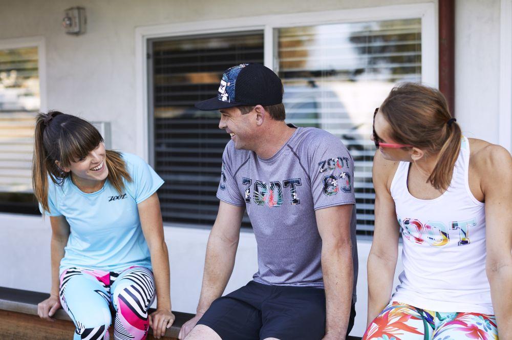 Zoot Athleten die sich unterhalten und von Zoot T-Shirts und Laufbekleidung anhaben