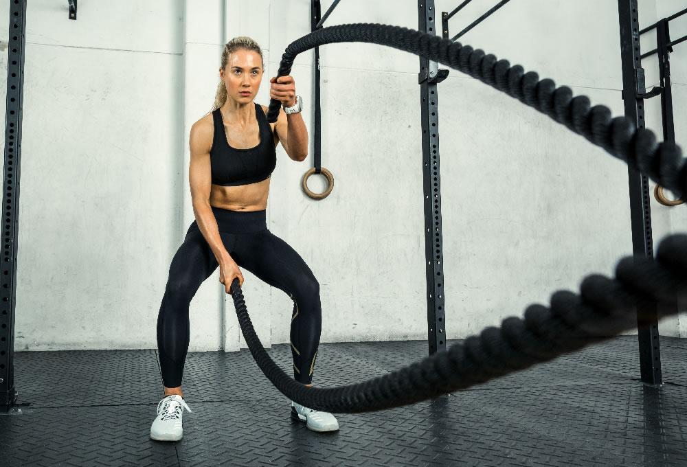 Athletin mit Seil beim Training